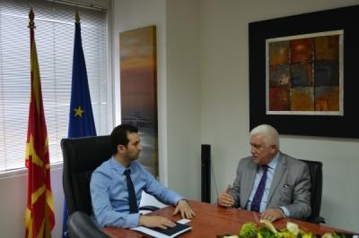 Takim i ministrit për vetëqeverisje lokale Suhejl Fazliu me ambasadorin e Shqipërisë në Republikën e Maqedonisë, Fatos Reka
