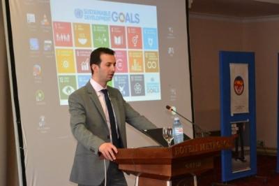 Министерот Фазлиу со претставничката на УНДП Винтон на Форум за лицата со посебни потреби